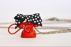 Collier Petit téléphone Vintage rouge en métal : Collier par fabrikeclectik