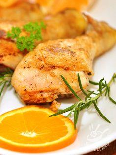 Pollo in padella all'arancia e rosmarino: una ricetta semplice e veloce per dare un tocco profumato a una cena. E portare gli agrumi a tavola!