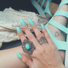 Unhas da semana  2ª vez que passo essa cor e fico completamente apaixonada! | Color club - Blue Ming | Obrigada @remmyforcel por caprichar tanto! • Anel lindo demais da @danidepi