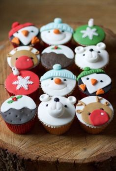 Christmas cupcakes by www.flossiepopsca… Christmas cupcakes by www. Christmas Cake Designs, Christmas Cake Decorations, Christmas Sweets, Christmas Cooking, Christmas Goodies, Christmas Cup Cakes Ideas, Christmas Christmas, Christmas Ideas, Fondant Cupcakes