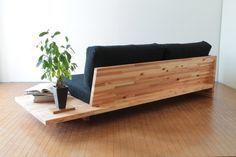 後ろ姿が美しいソファ。CONNECTが販売するgifuTOシリーズのソファのご紹介。岐阜で伐採した杉材で作られており、床から浮いているようなデザインになっている。座面ファブリックは5色。