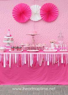 Mira las hermosas ideas para decorar una mesa de fiesta usando distintos materiales. Puedes usar pliegos de papel creppe, manteles de plást...