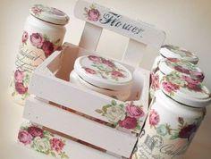 un joli ensemble décoratif, pots et support en bois, décorés de fleurs charmante, collage de serviette idée sympa