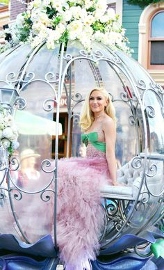 Gwen Stefani's Settle Down Hair Look - Celebrities Female Gwen And Blake, Blake Shelton And Gwen, Gwen Stefani And Blake, Gwen Stefani Style, Gwen Stefani Pictures, Hollaback Girl, Pale Face, Barbie Model, Long Bangs