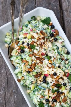 A green, filling and vegetarian broccoli salad. A Food, Good Food, Food And Drink, Vegetarian Recipes, Cooking Recipes, Healthy Recipes, Waldorf Salat, Cottage Cheese Salad, Recipes From Heaven