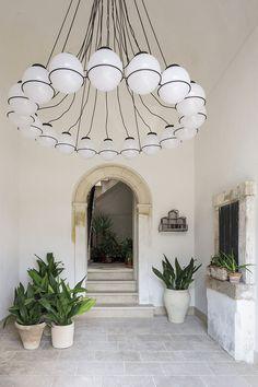 Sol en pierres naturelles et suspension XXL contemporaine Palazzo, Decoration Entree, Suspension Design, Elle Decor, Modern Design, Ceiling Lights, Interior Design, Lighting, Wallpaper