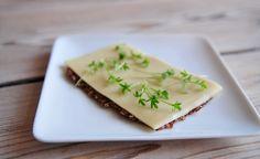 Een cracker met veel gezonde vezels maak je simpel van gebroken lijnzaad, het kost maar 5 minuten van je tijd om deze super cracker te maken!