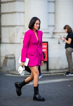 Street style photo of Tiffany Hsu wearing a pink blazer dress and combat boots at London Fashion Week Spring Rosa Blazer, Blazer Dress, Leather Trench Coat, Leather Blazer, Punk, Dresses With Cowboy Boots, Boho Chic, London Girls, Leather Midi Skirt