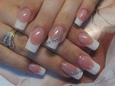 witte glitter acryl met een rijtje steentjes op een vinger
