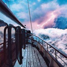 """""""Então, quando a tempestade explodiu em volta dele, ele levantou-se lentamente de pé e virou os olhos fechados em direção ao mar. E o mundo assobiava em seus ouvidos."""" Robert Jahns"""