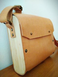 Handmade wood and leather shoulder bag, minimal crossbody bag. Leather Gifts, Leather Bags Handmade, Leather Jewelry, Leather Front Pocket Wallet, Wooden Bag, Craft Bags, Cheap Bags, Leather Projects, Cloth Bags