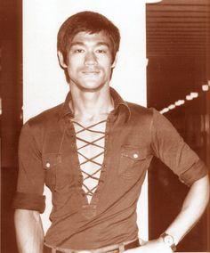 Entrevista con Bruce Lee en Español – Su Filosofía y Enseñanzas Amigo mío, este video es uno de mis favoritos, te lo comparto asi como el link de una pelicula llamada: I AM BRUCE LEE que me pareció FANTÁSTICA!!!  http://sitiosweb.com.mx/superacionpersonal/entrevista-con-bruce-lee-en-espanol-su-filosofia-y-ensenanzas/