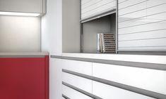 Diseño de cocinas con mueble persiana Bathroom Lighting, Beautiful Homes, Blinds, Curtains, Mirror, Madrid, Furniture, Home Decor, Ideas