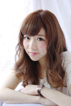 http://beauty.rakuten.co.jp/hs0117013/ 【外人風☆セミディヘア】 女性らしい透明感のある柔らかいスタイルです♪ カールが柔らかくでるように髪にやさしいパーマ液でじっくりかけることがポイントです。 まとまりやすくスタイリングがラクなスタイルです☆