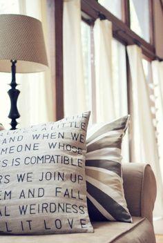 Yastığın üzerine kendi kelimelerinizi yazın, mekanınızı kişiselleştirin.
