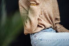 zachte trui en gouden ketting