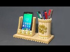 easy pen stand and mobile phone holder with popsicle stick Diy Crafts Hacks, Diy Crafts For Gifts, Diy Home Crafts, Crafts For Kids, Upcycled Crafts, Ice Cream Stick Craft, Diy Popsicle Stick Crafts, Ice Lolly Stick Crafts, Cardboard Crafts