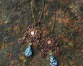 Boucles chandeliers anciens dentelle étoile bleu iridescent - bronze : Boucles d'oreille par coup-de-grace