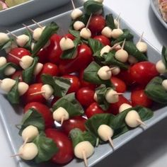 Tomaatti-mozzarella cocktailtikut