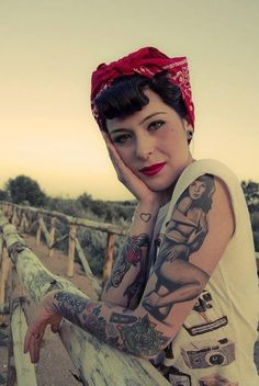 How to Get the Rockabilly Look: Fashion, Hair & Makeup Rockabilly Pin Up, Moda Rockabilly, Rockabilly Tattoos, Rockabilly Fashion, Retro Fashion, Pin Up Vintage, Vintage Style, Vintage Woman, 50s Vintage