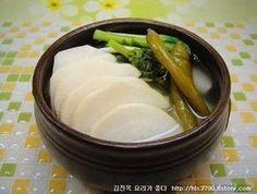 새내기 주부도 성공할 동치미 담그는 방법 *^^* K Food, Food Menu, Korean Side Dishes, Food Crush, Weird Food, Food Festival, Korean Food, Korean Recipes, Food Plating