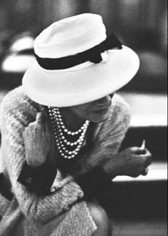 coco gabrielle chanel photos - Coco Chanel in hat and pearls Coco Chanel Pictures, Marca Chanel, Estilo Coco Chanel, Coco Chanel Style, Coco Chanel Fashion, Paris Fashion, Mademoiselle Coco Chanel, Mode Chanel, Chanel Paris