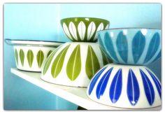 If only I could find some Catherine Holm. Vintage Dishes, Vintage Kitchen, Retro Vintage, Turquoise Kitchen, Lotus Design, Vintage Enamelware, Vintage Turquoise, Coastal Style, Pyrex