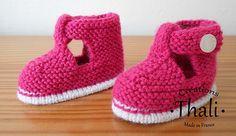 Dscn6791_medium Booties Crochet, Crochet Baby Shoes, Crochet Baby Booties, Knitting For Kids, Baby Knitting Patterns, Tricot Baby, Bebe Baby, Knit Shoes, Baby Slippers