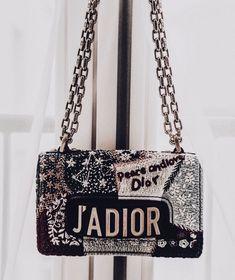 Gelistet in Best of Prada Handtaschen .- Listed in Best of Prada Handbags Prada Handbags, Fashion Handbags, Purses And Handbags, Fashion Bags, Fashion Mode, Cheap Handbags, Clutch Handbags, Handbags Online, Fashion Week