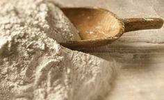 Há muitos benefícios farinha de aveia, uma importante fonte de fibras que auxiliam o sistema digestivo e atuam no controle do peso.