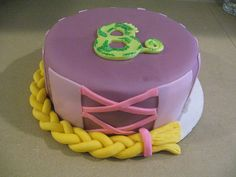 love this tangled cake design, so beautifull, so simple and i guess easy to do. Will do this for Duda's birthday