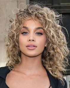 Proof that curls are back, big time hair cuts идеи для волос Curly Hair With Bangs, Colored Curly Hair, Short Curly Hair, Big Hair, Hairstyles With Bangs, Wavy Hair, Curly Hair Styles, Natural Hair Styles, Blonde Curly Hair Natural