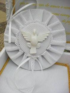 Resultado de imagem para divino espirito santo com perola Decoupage, Patches, Lily, Angel Ornaments, Door Hangings, Creative Decor, Creativity, Cd Art, Nyx Cosmetics