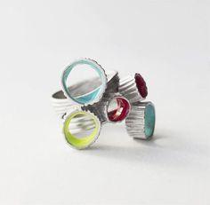 «Joid'art Barcelona коллекция Anemona. Кольцо из серебра с родиевым покрытием и цветной эмалью. Размеры 16,5 и 17,7 (8 200₽).»