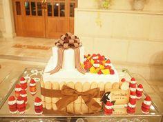 スクエア型にプレゼントBOX型を乗せたケーキです。 チョコレートリボンが素敵に映えます