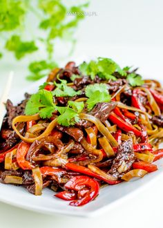 Beef and pepper Stir Fry with Rice Noodles Stir Fry Rice, Rice Noodles, Lunch Time, Japchae, Fries, Beef, Stuffed Peppers, Ethnic Recipes, Food