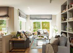 Salón con sofá y butacas grises, doble estor gris y blanco y librería con mueble de televisión (412097)