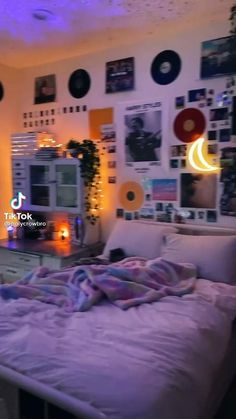 Chill Room, Cozy Room, Bedroom Decor For Teen Girls, Teen Room Decor, Room Design Bedroom, Room Ideas Bedroom, Chambre Indie, Pinterest Room Decor, Neon Room