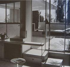 Original Einrichtung des E.1027 Hauses von Eileen Gray aus dem Jahr 1929 in Roquebrune sur mer, mit selbst entworfenen Möbel-Einbauten. Hier der Übergang von der Winterküche zur Sommerküche auf der Terrasse, mit Schublade unter der Betontreppe und einer sich zum Küchentresen verlängernden Ablage.