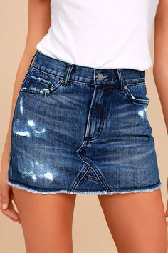 Trend seekers know that the EVIDNT Joanna Dark Wash Distressed Denim Mini Skirt is a must! This denim mini boasts distressed accents, complete with a five pocket design, belt loops, branded top button, and hidden zip fly. Frayed hem. Belt not included.