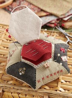 Sewing Kit Storage Needle Book Ideas For 2019 Sewing Box, Sewing Notions, Sewing Kits, Small Sewing Projects, Sewing Hacks, Notions De Couture, Fabric Crafts, Sewing Crafts, Marie Suarez