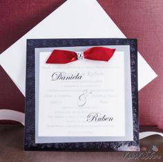 Invitatie de nunta moderna, cu foaie de calc si fundita rosie.