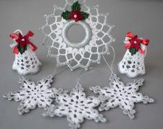 Schöner Satz von 3 verschiedenen gehäkelten weißen Engel golden umrandet.  Die Engel sind 4,3 Zoll (11 cm) und ca. 2,8 Zoll (7 cm) im Durchmesser.  Hand gestrickt mit hochwertigen Baumwollfaden in rauchfreien und Petfree Umgebung mit viel Liebe zum Detail.  Engel sind gestärkt und kommen sehr gut in einem stabilen Karton verpackt.  Sie finden andere Weihnachtsschmuck und Geschenke für Ihre lieben:  https://www.etsy.com/shop/SevisMagicalStitches?ref=l2-shopheader-name  und einige gestrickte…