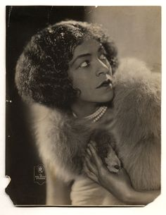 Singer Lillyn Brown ca. 1920s , Earl-Broady Studios, Schenectady, New York  The Daniel Cowin Collection of African American Vernacular Photography