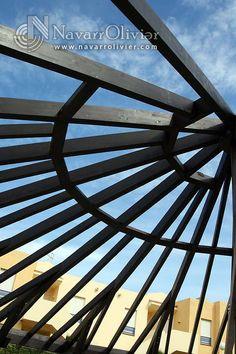 Estructura de vigas de madera laminada. Cubierta semi circular