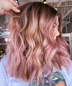 Pink Hair Streaks, Pink Hair Highlights, Pink Blonde Hair, Pink Ombre Hair, Hair Color Pink, Hair Dye Colors, Cool Hair Color, Caramel Highlights, Curly Pink Hair