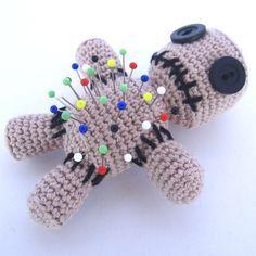 Amigurumi Voodoo Doll Pincushion - free crochet pattern from Supergurumi. In German here: http://www.supergurumi.de/amigurumi-voodoo-puppe-nadelkissen-haekeln