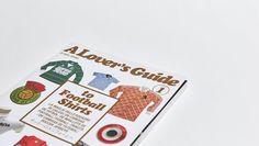 """Neal Heard, el genio creador de libros maravillosos (como """"Trainers"""" y """"Sneakers"""") acaba de publicar """"A Lovers Guide to Football Shirts"""", algo así como el MUST-HAVE de todos los coleccionistas de camisetas de fútbol. Celebrando la inigualable belleza y el sentimiento único que se le tiene a las poleras de fútbol, Neal Heard diseñó este …"""