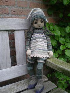Tulip pattern by Deena Thomson-Menard - Kinder : Puppen selber machen - Knitting Ideas Knitted Doll Patterns, Animal Knitting Patterns, Crochet Amigurumi Free Patterns, Knitted Dolls, Crochet Dolls, Knit Crochet, Yarn Dolls, Knitted Bags, Muñeca Diy