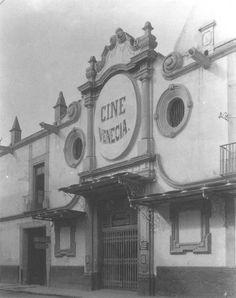 Imagen que muestra la fachada principal del cine Venecia. Ubicado en Santa Veracruz no.19, en funcionamiento desde aproximadamente 1911.Fue demolido pero su fachada se aprovechó para el edificio que hoy se usa como Instituto Panamericano de Geografía e Historia en Tacubaya.